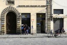 Alcune persone a uno sportello bancomat del Monte Dei Paschi, a Firenze.  REUTERS/Tony Gentile/File photo