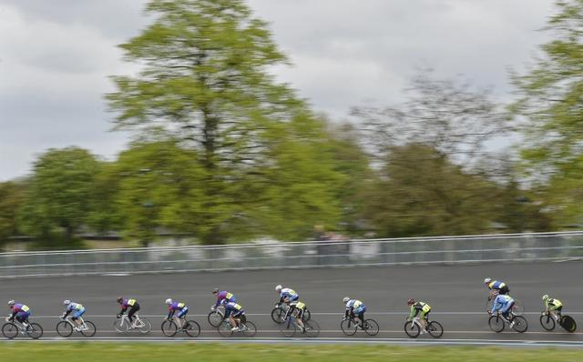 Cyclists compete at an amateur race meet in south London May 5, 2012.  REUTERS/Toby Melville