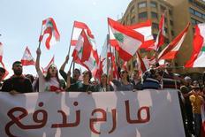 محتجون اثناء مسيرة في بيروت يوم الاحد ضد فرض ضريبة. تصوير: محمد عزاقير - رويترز.