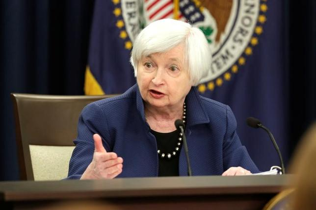 3月20日、米フィラデルフィア地区連銀のハーカー総裁は先週のイエレンFRB議長に続き、インフレ率が目標の2%をやや上回ることを許容するとの考えを示した。写真は会見するイエレン議長、15日撮影。(2017年 ロイター/ Yuri Gripas)