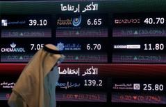 لوحة تعرض أسعار أسهم في البورصة السعودية بالرياض - صورة من أرشيف رويترز.