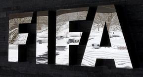 El logo de la FIFA en su sede en Zúrich, ene 10, 2017. La FIFA informó el lunes que suspendió de por vida al árbitro ghanés Joseph Lamptey por manipular un partido de la eliminatoria africana al Mundial 2018.     REUTERS/Arnd Wiegmann