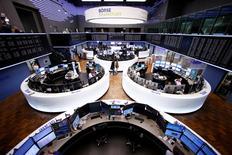 Les Bourses européennes ont terminé sans grand changement lundi. Le CAC 40 a terminé en baisse de 0,34%, le Dax a cédé 0,35% et le Footsie est parvenu à grappiller 0,07%. /Photo prise le 1er mars 2017/REUTERS/Ralph Orlowski