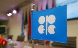 Флаг с логотипом ОПЕК на пресс-конференции в Вене. 10 декабря 2016 года. Нефтедобывающие страны ОПЕК все больше склоняются к мысли продлить истекающее в конце июня соглашение об ограничении добычи нефти, но хотят, чтобы Россия и другие государства вне картеля продолжили поддерживать эту инициативу, сказали источники внутри ОПЕК. REUTERS/Heinz-Peter Bader