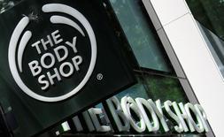 Le rachat de The Body Shop, mis en vente par L'Oréal, intéresse plusieurs fonds de capital investissement qui se préparent à faire des offres non engageantes sur la chaîne britannique de cosmétiques avant la date limite de la mi-avril, ont déclaré à Reuters des sources proches du dossier. /Photo d'archives/REUTERS/Leonhard Foeger