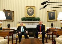 العبادي (إلى اليسار) خلال اجتماع مع ترامب في البيت الأبيض بواشنطن يوم الاثنين. تصوير: كيفن لامارك - رويترز.