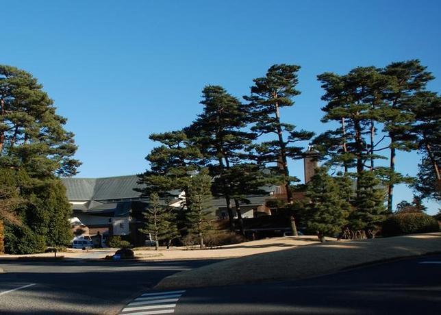 3月20日、2020年東京五輪のゴルフ会場となる埼玉県川越市の霞ケ関カンツリー倶楽部は、臨時理事会を開き、女性の正会員を認めることを決めた。写真は同会場のクラブハウス。埼玉県川越市で1月撮影(2017年 ロイター/Oh Hyun)