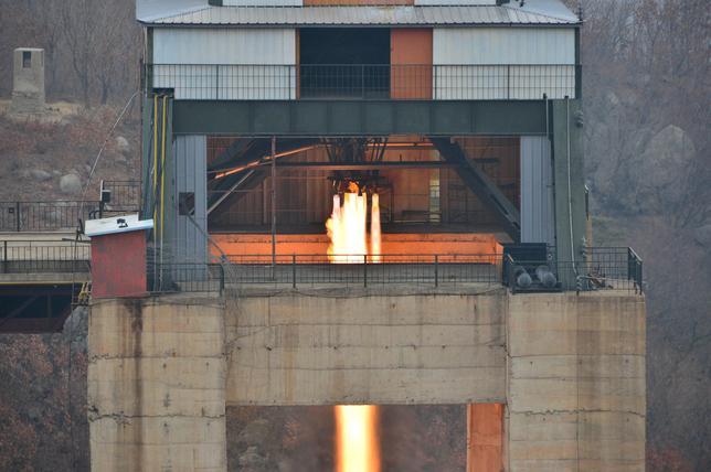 3月20日、北朝鮮が高出力ロケットエンジンの地上燃焼実験に成功したと発表したことについて、アナリストからは、北朝鮮が大陸間弾道ミサイル(ICBM)に関する技術を習得し、近く実証してみせる可能性があるものの、まだ米国本土を攻撃する能力はないとの見方がでている。写真は金正恩朝鮮労働党委員長立ち会いの下行われたミサイル発射テストの様子。KCNAが19日提供(2017年 ロイター)