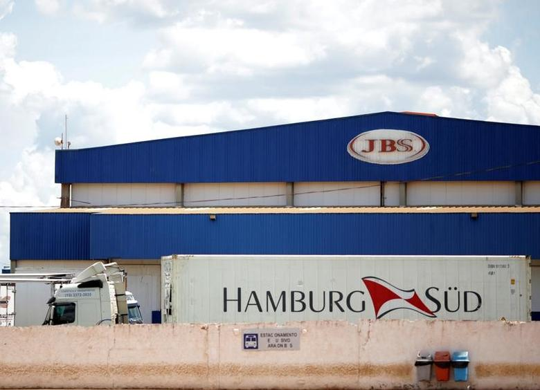 3月17日,一辆卡车停在巴西肉类加工出口企业JBS SA院内。REUTERS/Ueslei Marcelino