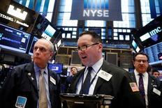 Трейдеры на торгах Нью-Йоркской фондовой биржи 20 марта 2017 года. Уолл-стрит завершила снижением торги понедельника, поскольку инвесторы начали волноваться, что воплощение в жизнь плана снижения налогов и поддержки экономики президента США Дональда Трампа может занять больше времени, чем предполагалось ранее. REUTERS/Lucas Jackson