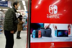 Nintendo a gagné 2,68% à 26.265 yens mardi à la Bourse de Tokyo, porté par une information selon laquelle le groupe a décidé d'augmenter la production de sa nouvelle console Switch pour répondre à une forte demande. /Photo prise le 3 mars 2017/REUTERS/Toru Hanai