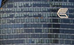 Логотип банка ВТБ на здании в Москве 20 ноября 2014 года. Второй по величине российский госбанк - ВТБ решил закрыть свой индийский филиал в Нью-Дели ради оптимизации расходов. REUTERS/Maxim Zmeyev