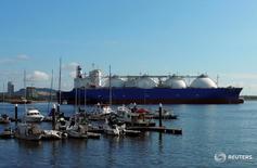 СПГ-танкер у побережья Сингапура 3 февраля 2017 года. Роснефть подписала контракт с газовой компанией Египта на поставку 10 партий сжиженного природного газа в 2017 году, сообщила Роснефть во вторник. REUTERS/Gloystein Henning