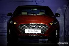 Автомобиль Sonata Turbo компании Hyundai Motor на презентации в Сеуле 8 марта 2017 года. Акции Hyundai Motor Co взлетели более чем на 9 процентов во вторник, достигнув максимального уровня за 22 месяца, благодаря надеждам на то, что материнская компания автопроизводителя может реорганизовать свою структуру.   REUTERS/Kim Hong-Ji