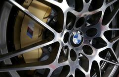 BMW vise des ventes record cette année et un bénéfice en légère hausse en renforçant sa production de SUV (sport utility vehicles) à forte marge afin de financer ses investissements dans les voitures électriques. /Photo prise le 21 mars 2017/REUTERS/Michael Dalder