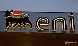 Логотип Eni energy на заправке Agip в Лугано 3 июня 2016 года. Российский Газпром и итальянский концерн Eni подписали меморандум о взаимопонимании, касающийся сотрудничества в области развития Южного коридора, поставок газа из России в страны Европы, в частности, в Италию, и модернизации контрактов на поставку российского газа, сообщил Газпром во вторник.     REUTERS/Arnd Wiegmann