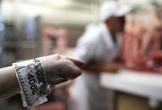 """Rótulo do Ministério de Agricultura """"Inspectado"""" é anexado a um pedaço de carne em um açougue em São Paulo  10/10/2014       REUTERS/Nacho Doce"""