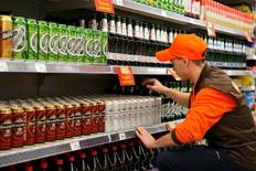 Сотрудник магазина Дикси расставляет товар на полках. Оборот розничной торговли в России в феврале 2017 года составил 2,158 триллиона рублей, что на 2,6 процента ниже показателя аналогичного периода предыдущего года и на 2,3 процента ниже оборота прошлого месяца, сообщил Росстат во вторник.  REUTERS/Maxim Zmeyev