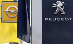 Les syndicats européens de PSA ont donné mardi un avis favorable au projet de rachat d'Opel/Vauxhall à General Motors, par 12 voix pour et une abstention, a-t-on appris de source syndicale. /Photo d'archives/REUTERS/Christian Hartmann