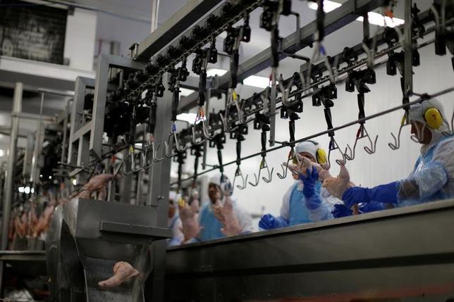3月21日、ブラジルの食肉加工業者が傷んだ肉を出荷するなどしていた問題で、ブラジルの日本大使館は、21の食肉加工工場で生産された鶏肉などの製品の輸入手続きを無期限に停止したと発表した。ブラジル国内の食肉工場(2017年 ロイター/Ueslei Marcelino)