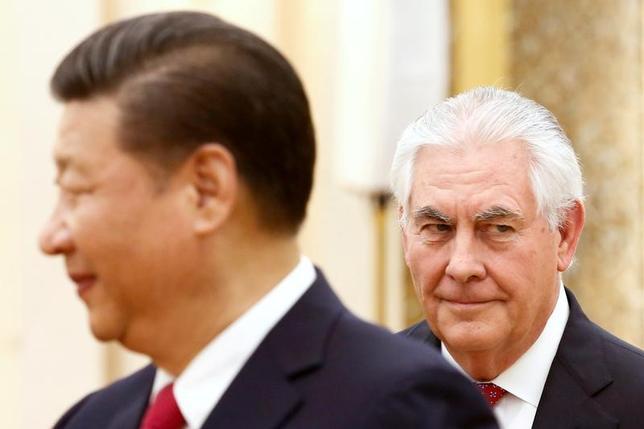 3月19日、ティラーソン米国務長官(右)の、トランプ政権の主要閣僚として初めてとなる中国訪問は、両国間に横たわるさまざまな問題をよそ目に大きな波風を立てることなく終わったが、具体的な成果はなかったのも確かだ。北京で撮影(2017年 ロイター/Thomas Peter)