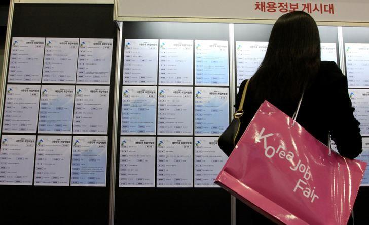 A job seeker looks at a board to have an interview for a job at the Korea Job Fair in Seoul September 16, 2009.  REUTERS/Lee Jae-Won/File Photo