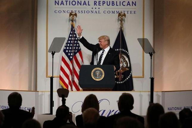 3月21日、トランプ米大統領は、全米共和党議員委員会で行った演説で就任後の2カ月を振り返り、選挙公約を実行できていると評価した。写真は全米共和党議員委員会の夕食会での同大統領。ワシントンで撮影(2017年 ロイター/Carlos Barria)