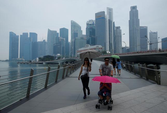 3月21日、英経済誌エコノミストの調査部門エコノミスト・インテリジェンス・ユニット(EIU)が発表した「世界の生活費」ランキングで、シンガポールが引き続きトップとなった。円高の影響で東京と大阪がそれぞれ4位と5位になり、10位以内に復活した。写真はシンガポールで昨年8月撮影(2017年 ロイター/Edgar Su)