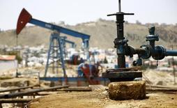 Нефтяной насос в Баку. Цены на нефть снизились утром в среду из-за превысившего прогнозы роста запасов сырья в США.  REUTERS/Kai Pfaffenbach
