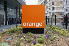 """Orange, à suivre à la Bourse de Paris, a annoncé mardi le renouvellement de son contrat pluriannel avec la chaîne américaine HBO, propriétaire de la série à succès """"Game of Thrones"""", dont l'opérateur télécoms deviendra à terme l'unique diffuseur en France. /Photo d'archives/REUTERS/Charles Platiau"""
