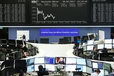 Фондовая биржа Франкфурта-на-Майне. Акции Европы снизились в начале торгов среды, расширив потери предыдущей сессии из-за падения горнорудного и банковского секторов.  REUTERS/Staff/Remote