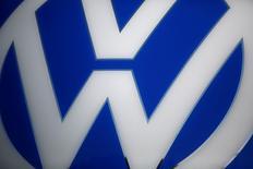 Volkswagen devrait effectuer jeudi un retour très attendu sur le marché obligataire européen, le premier test en grandeur réelle de l'appétit des investisseurs pour sa dette depuis le début du scandale du Dieselgate en septembre 2015. /Photo d'archives/REUTERS/Kacper Pempel