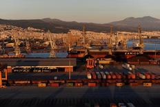 Quatre investisseurs étrangers sont en lice pour l'acquisition d'une participation majoritaire dans Thessaloniki Port, l'opérateur du deuxième port grec, a dit son président mercredi. La date butoir pour le dépôt des offres est vendredi. /Photo d'archives/REUTERS/Alexandros Avramidis