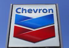 Chevron, à suivre à Wall Street. Le chinois Sinopec (China Petroleum and Chemical Corporation) a annoncé avoir conclu le rachat de 75% des actifs sud-africains de Chevron, principalement une raffinerie au Cap et 820 stations-service, pour environ 900 millions de dollars. /Photo d'archives/REUTERS/Mike Blake