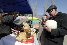 Покупатели на рынке в Ставрополе 14 марта 2015 года. Потребительские цены в РФ за период с 14 по 20 марта 2017 года не изменились, вернув показатель инфляции к нулевому значению по сравнению с 0,1 процента неделей ранее, сообщил Росстат в среду. REUTERS/Eduard Korniyenko