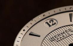 Логотип Hermes на часах. Французская группа Hermes, продающая люксовые товары, сообщила, что начала год на стабильной основе; после сообщения компании о рекордной прибыли за 2016 год это говорит о повсеместном восстановлении в индустрии.   REUTERS/Christian Hartmann