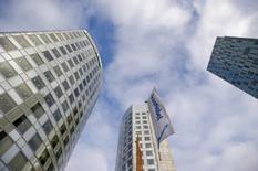Plusieurs actionnaires ont exhorté mercredi Akzo Nobel, qui a rejeté une deuxième offre d'environ 24,5 milliards d'euros de son concurrent PPG, d'entamer des discussions avec son concurrent américain. /Photo d'archives/REUTERS/Robin van Lonkhuijsen