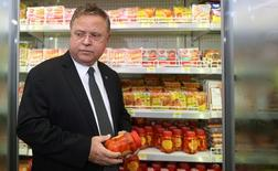 Brazil's Agriculture Minister Blairo Maggi inspects sausages at a supermarket in Brasilia, Brazil March 22, 2017. REUTERS/Adriano Machado