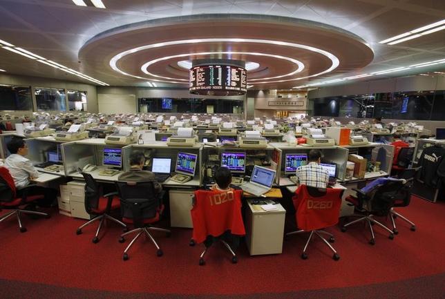 3月21日、中国本土企業の香港上場株(H株)は、今年に入ってからの値上がり率が世界で最も高く、米S&P総合500種も圧倒している。香港証券取引所で2013年11月撮影(2017年 ロイター/Bobby Yip)
