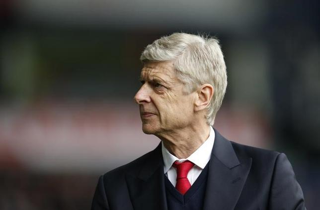 3月22日、サッカーのイングランド・プレミアリーグ、アーセナルのアーセン・ベンゲル監督(写真)は、MFメスト・エジルらの契約延長交渉はシーズン終了後まで保留すると明かした。ウエストブロムウィッチで18日撮影(2017年 ロイター)