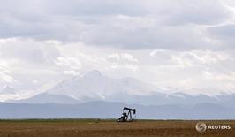 Станок-качалка в Денвере, Колорадо 16 мая 2008 года. Цены нанефтьвернули положительную динамику утром в четверг после вчерашнего снижения до минимумов почти 4 месяцев, но рост добычи и запасов сырья в США продолжает сдерживать ралли. REUTERS/Lucas Jackson