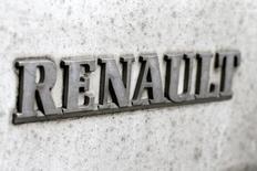 """Renault, à suivre à la Bourse de Paris. L'Etat n'est pas au capital du groupe """"pour l'éternité"""" mais son désengagement doit se faire dans les meilleures conditions possibles, a déclaré jeudi le ministre de l'Economie, Michel Sapin. /Photo d'archives/REUTERS/Gonzalo Fuentes"""