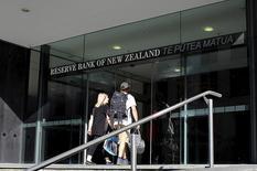 Люди у входа в здание Резервного банка Новой Зеландии в Веллингтоне 22 марта 2016 года. Резервный банк Новой Зеландии оставил ключевую процентную ставку на рекордно низком уровне 1,75 процента по итогам заседания в среду и подтвердил свое намерение не менять её в течение длительного периода времени. REUTERS/Rebecca Howard/File Photo