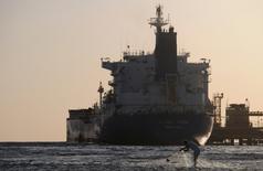 Танкер у города Дуба в Саудовской Аравии 20 апреля 2013 года. В феврале Саудовская Аравия стала основным поставщиком нефти в Китай, сообщило в четверг Главное таможенное управление Китая. REUTERS/Mohamed Al Hwaity