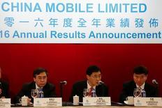 (De gauche à droite) Le Vice-président de China Mobile Liu Aili, Président Shang Bing and directeur général Li Yue lors d'une conférence de presse. China Mobile, premier opérateur télécoms chinois, a annoncé jeudi un bénéfice en hausse de 0,2% en 2016 et augmenté son taux de distribution de bénéfice pour la première fois en dix ans. /Photo prise le 23 mars 2017/REUTERS/Bobby Yip