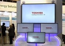 Le fonds d'investissement basé à Singapour Effissimo, fondé par des anciens collègues de l'investisseur japonais activiste Yoshikaki Murakami, est devenu le plus premier actionnaire de Toshiba. /Photo prise le 18 mars 2017/REUTERS/Fabian Bimmer