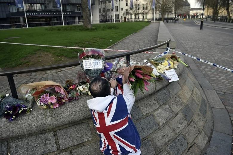 A man wears a Union Flag sweatshirt near the Houses of Parliament in Westminster the day after an attack, in London, Britain March 23, 2017.          REUTERS/Hannah McKay - RTX32EOD