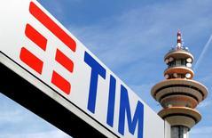 Telecom Italia a renoué avec le bénéfice en 2016 en dégageant un résultat net positif de 1,8 milliard d'euros après une perte de 70 millions d'euros l'année précédente, marquée par des charges exceptionnelles. /Photo d'archives/REUTERS/Stefano Rellandini