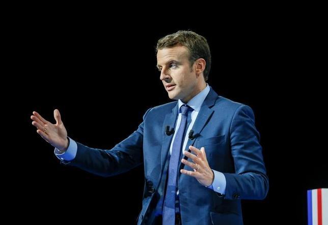 3月23日、フランス大統領選を巡り、ルドリアン国防相を含む与党社会党の重鎮2人は、党の候補ではなく中道系独立候補のマクロン前経済相(写真)を支持すると表明した。写真は選挙活動先のフランス・ディジョンで撮影(2017年 ロイター/Robert Pratta)