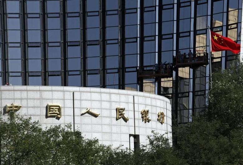 资料图片:2012年10月,中国央行总部大楼,工人们在清洁外墙玻璃。REUTERS/Barry Huang